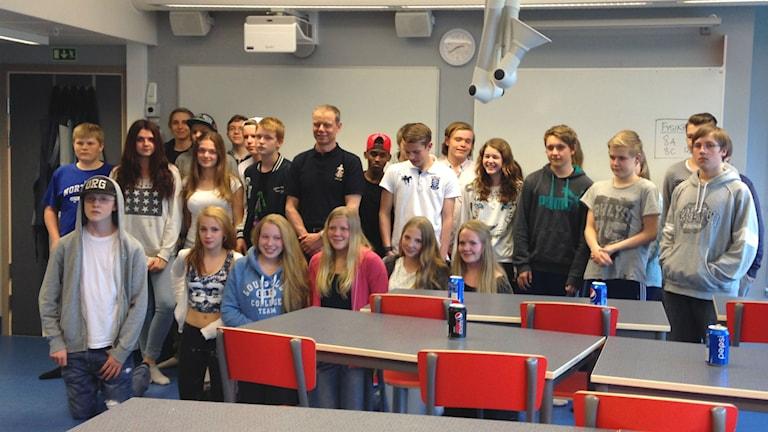 Christer Fuglesang med klass 8B på Sommarhemsskolan i Uddevalla. Foto: Lisa Johansson/Sveriges Radio