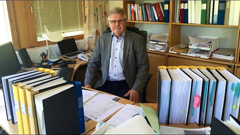 Thord Haraldsson, kriminalkommissarie, på sitt arbetsrum i polishuset i Trollhättan. Foto: Victor Jensen/Sveriges Radio.