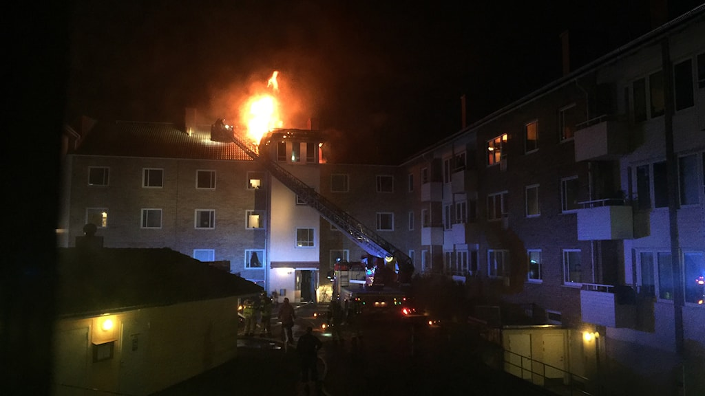 Brand i vindsvåning i flerfamiljshus. Foto: Suzanna Wictorzon/Sveriges Radio.