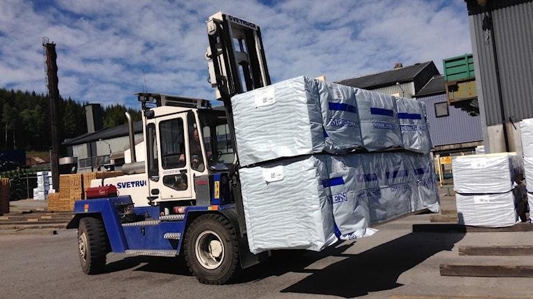 Truck lastad med bräder på Nössemarks Trä. Foto: Lasse Sergård/Sveriges Radio