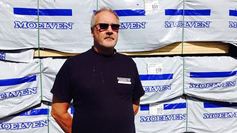 Nils-Arne Svensson på Moelven Nössemarks trä. Foto: Lasse Sergård/Sveriges Radio.