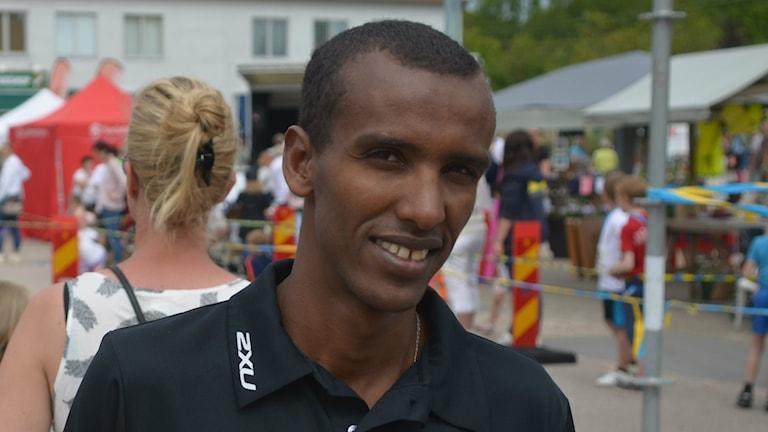 Mustafa Mohamed ler mot kameran efter att han varit prisutdelare på Ljungskileslingan. Foto: Gustav Johansson/SverigesRadio