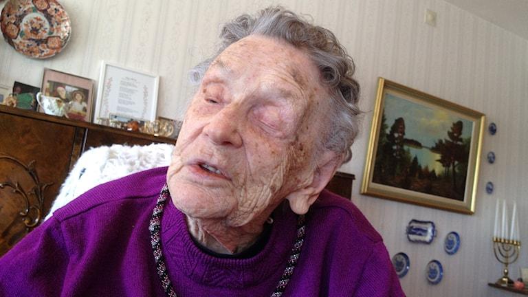 Bild på 108-åriga Alice Östlund i sin bostad. Foto: Peter Olsson/Sveriges Radio