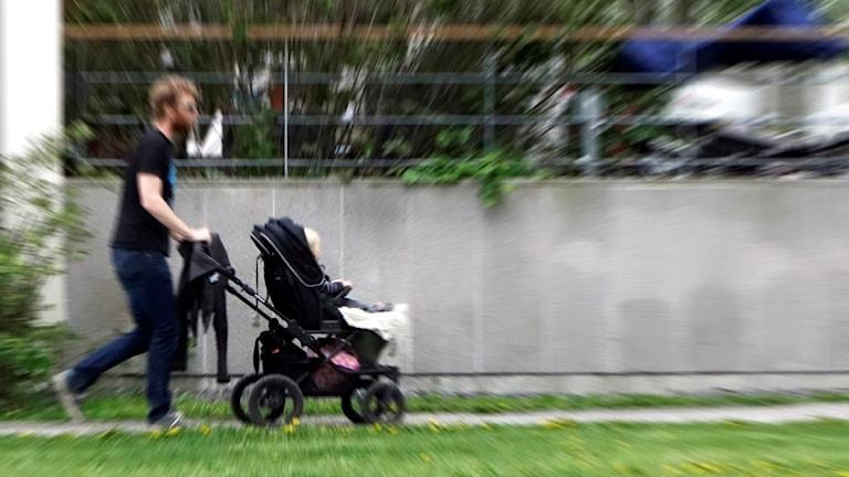 Pappa på promenad med barnvagn. Foto: Hasse Holmberg/TT.