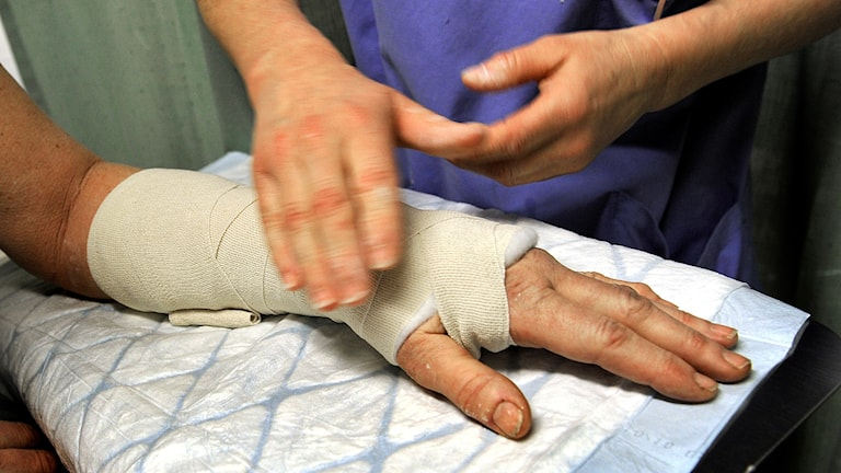 En man får sin hand gipsad. Foto: Tomas Oneborg/TT.