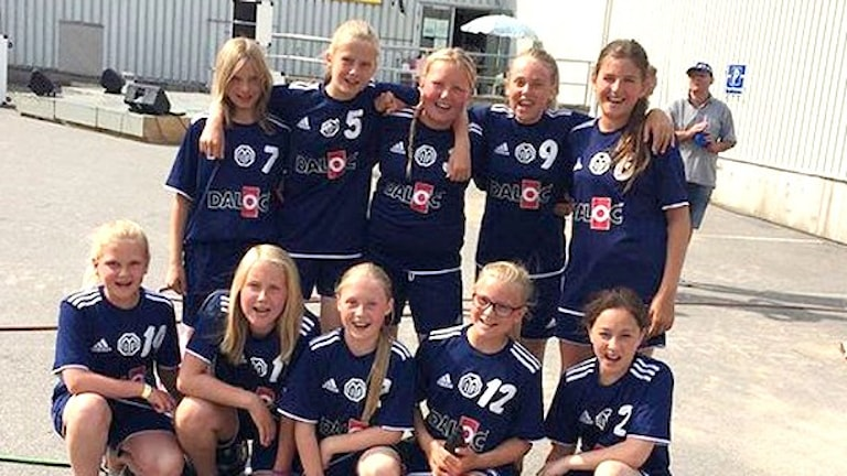 Tjejerna i Melleruds IF, som spelar under lagnamnet Girls on the beach under beachfotbollturneringen. Foto: Skoob Salihi/Sveriges Radio.