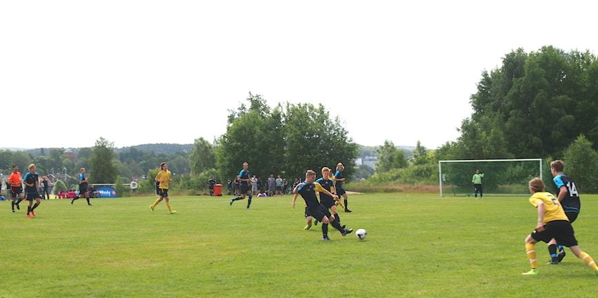 Eds FF i blå och svarta kläder spelar fotboll mot Mölnlycke IF 2 under  gothia cup 784b3b034f2ac