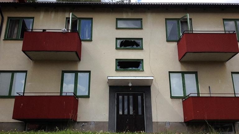 Bild på ett hus med krossade rutor i Bengtsfors. Foto: Dino Jasarovic/Sveriges Radio