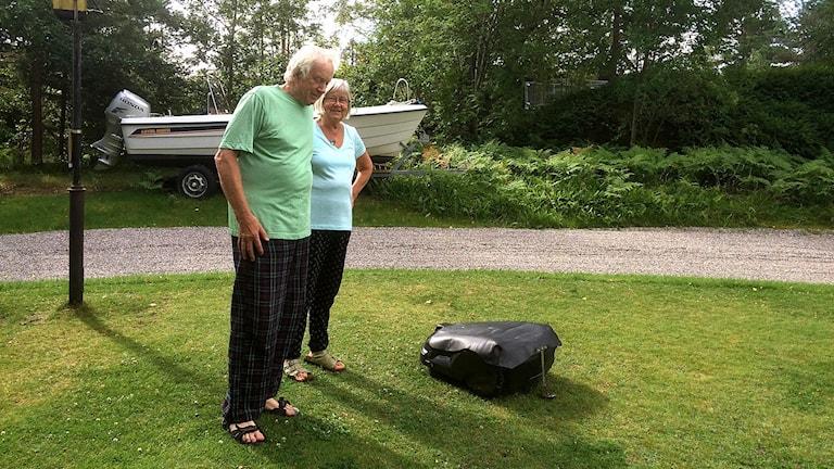 Robotgräsklipparen Dolly och ägarna Anita och Hans-Erik Nilsson på Vindön. Foto: Birgitta Andersson/Sveriges Radio.