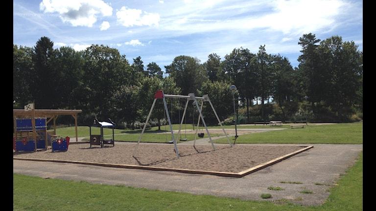 En lekplats med gungor i en stor sandlåda. Där ska en 23-årig man ha hittats skottskadad under torsdag eftermiddag. Foto: Petra Lund-Kempe/P4 Väst
