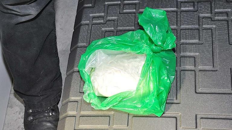 En påse med vitt pulver som polisen hittat under utredningen av trippelmordet i Uddevalla. Foto: Polisen/ur förundersökningen.