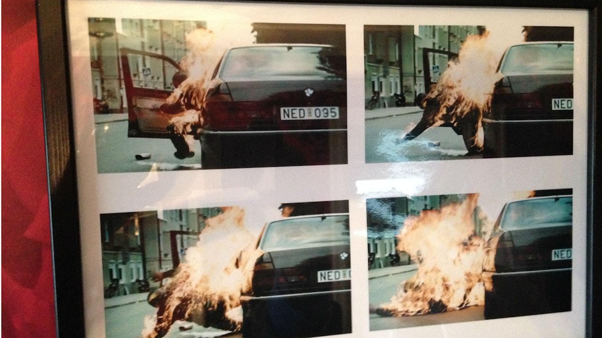 Bild på en brinnande Lars Hjelm under en filminspelning.