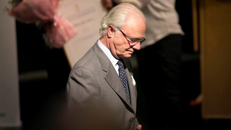 Kung Carl XVI Gustaf besöker Angeredsgymnasiet i Göteborg för en rundvandring och för att medverka vid ett seminarium på måndagen. Foto: Björn Larsson Rosvall/TT.