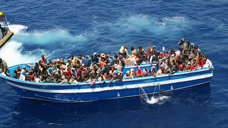 Flyktingar i en båt. Foto: Foto: KBV 001 Poseidon/Kustbevakningen.