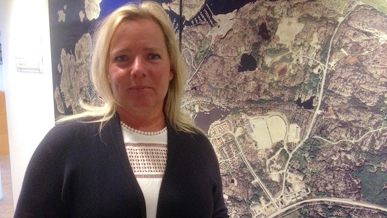 Marie-Louise Bergqvist, förvaltningschef Samhällsbyggnadskontoret i Lysekil framför en karta över Lysekil, Foto: Elisabeth Cederblad Sveriges Radio