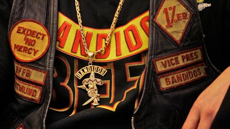 En man med bandidos-väst, halsband och tröja. Foto: Frank Augstein/TT.