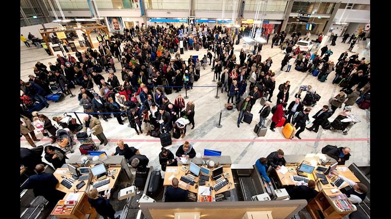Massvis med folk står och köar till incheckningen på landvetter flygplats. ADAM IHSE / TT