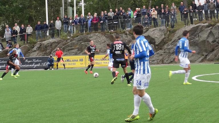 Matchbild från seriefinalen i division 2 mellan IFK Uddevalla och FC Trollhättan.