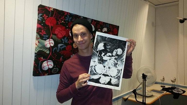 Henrik Jonsson, fanomentecknare med en av sina fanomenteckningar.