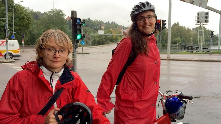 Elisabeth Linderoth gatu- och parkchef i Trollhättan och Lisa Gottlow trafikant. Foto: Max Lindahl/Sveriges Radio.