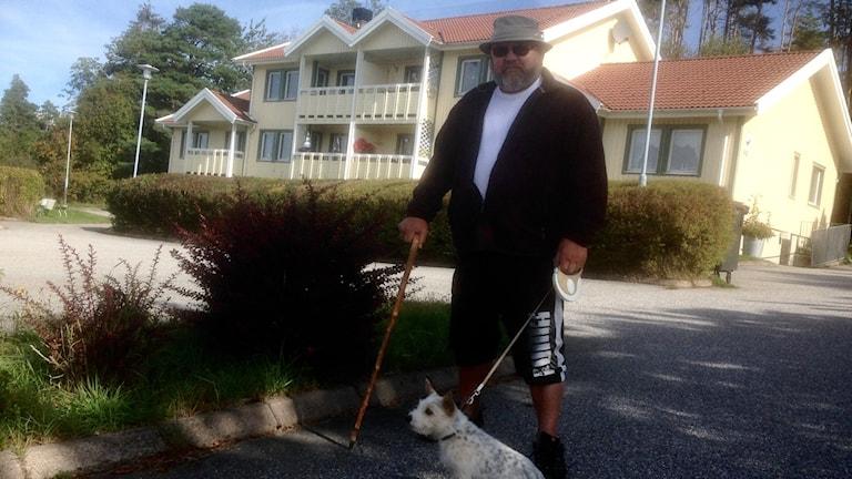 Raffo Lindström bor i en av få lägenheter i Sannäs med sin hund Pia. Foto Jörgen Winkler
