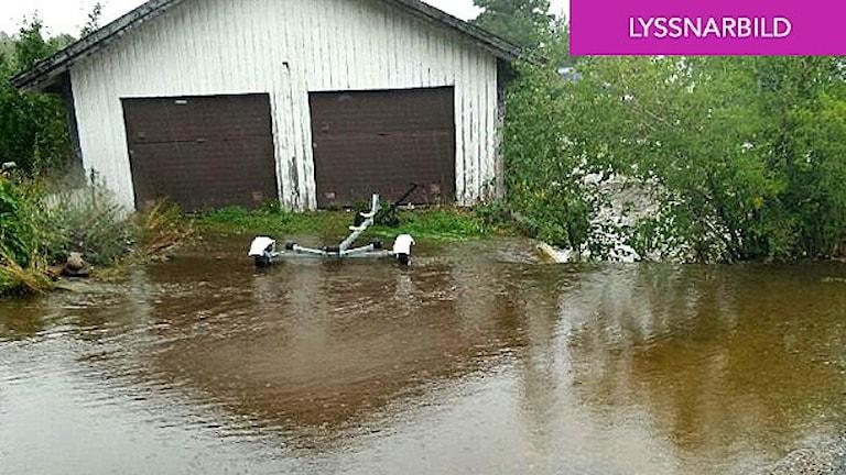 Lyssnarbild som visar en översvämning vid ett garage norr om Strömstad.