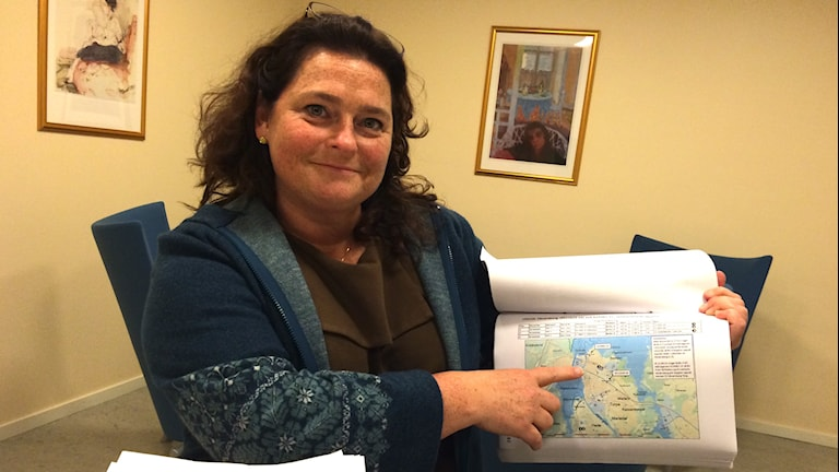 Kammaråklagare Eva Johnsson visar bevisning i fallet med äldrestölderna