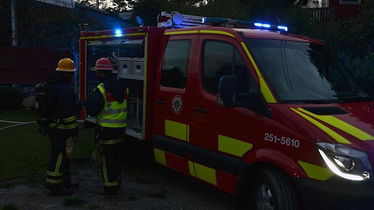 Brandbil utanför villa. Foto: Mikael Berglund/NyheterSTO