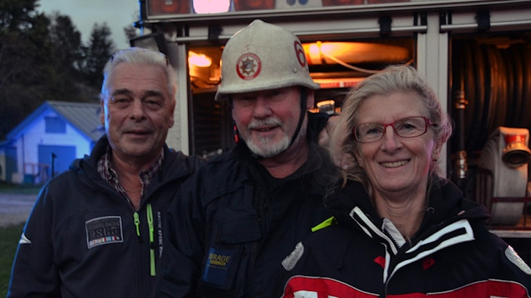Helene Samuelsson och Ove Samuelsson och brandman Håkan Werner. Foto: Mikael Berglund/NyheterSTO