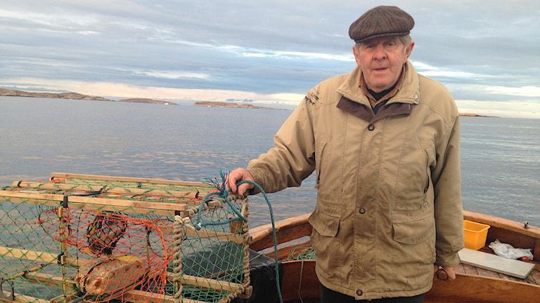 Sylve Robertsson med en hummertina. Foto: Richard Veldre/Sveriges Radio.
