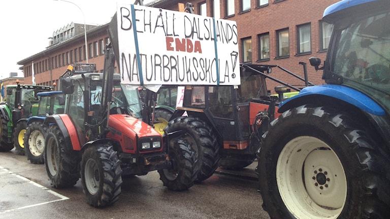 Traktorer vid demonstrationen i Vänersborg för att rädda naturbruksgymnasiet vid Nuntorp. Foto: Margaretha Valdemarsdotter/Sveriges Radio.