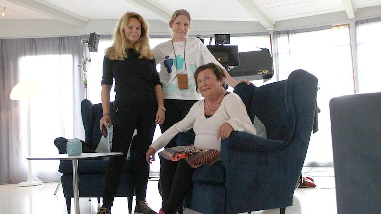 Regissören Lena Koppel, producenten Malin Söderlund och fattaren Viveca Lärn. Foto: Tommy Öster/Sveriges Radio