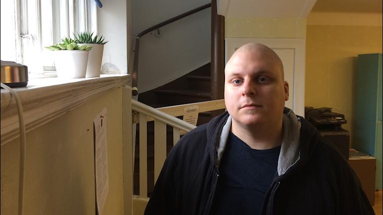 Daniel Johansson, 28 år, står långt bak i den växande hyreskön i Åmål. Foto: Oskar Lodin / Sveriges Radio