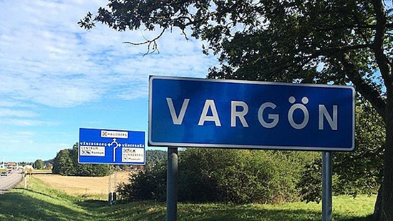 En skylt vid infarten till Vargön. Foto: Skoob Salihi/Sveriges Radio.