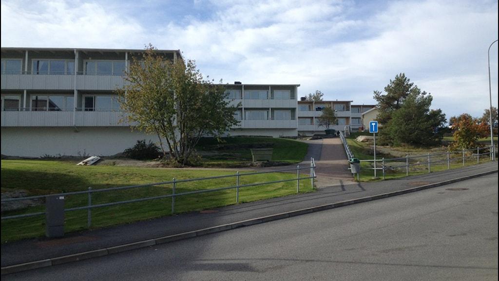 Lägenhetshus i bostadsområdet Rådhusberget i Srtömstad. Foto: Lyssnarbild.