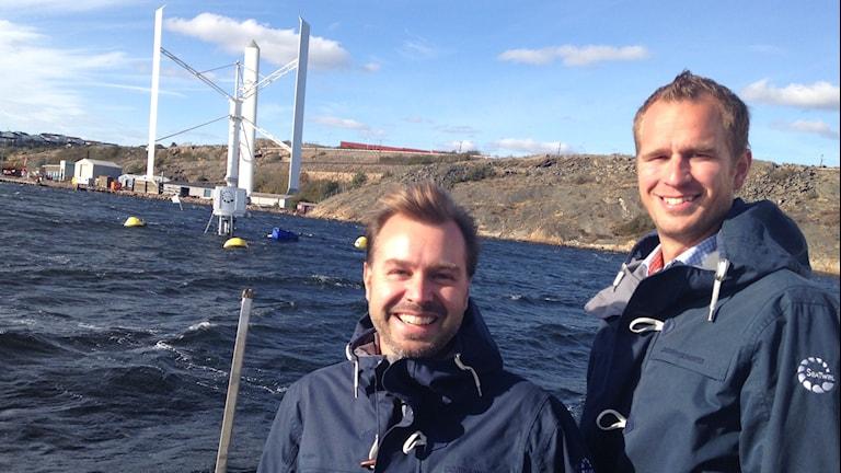 Daniel Ehrnberg, uppfinnare, och vd Gabriel Strängberg vid ett av Seatwirls flytande vindkraftverk. Foto: Richard Veldre/Sveriges Radio.