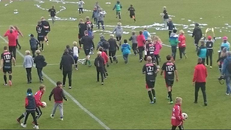 Spelare och supportrar till FC Trollhättan firar att laget vann serien
