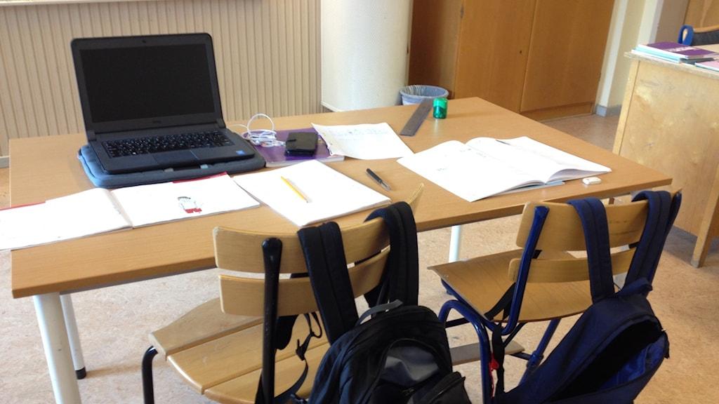 En skolbänk i ett klassrum. Foto: Margaretha Valdemarsdotter/Sveriges Radio.