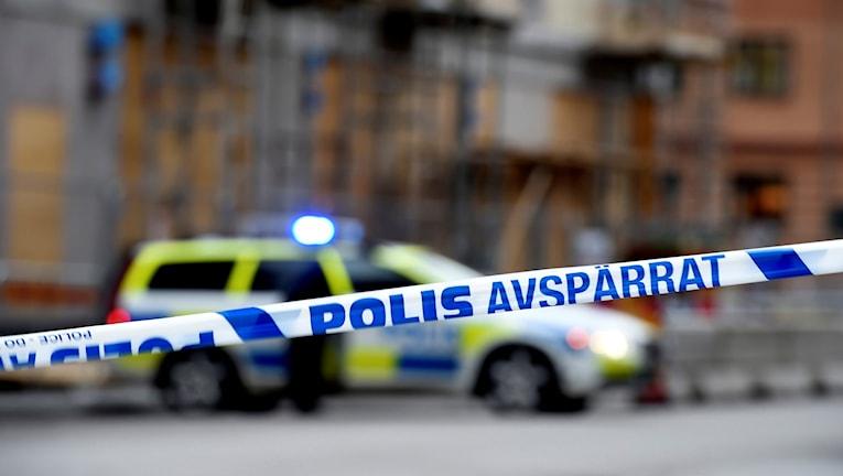 En polisbil bakom asvpärrningsband.  Foto: Pontus Lundahl/TT