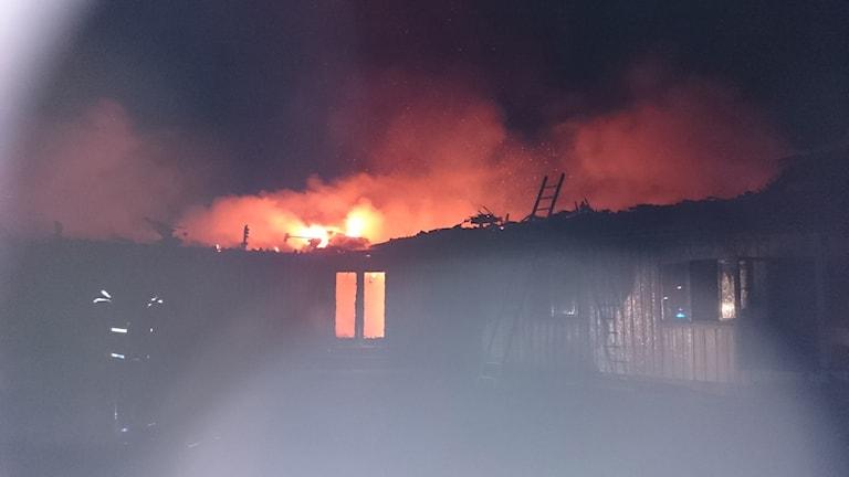 En brandman vid ett utbrunnet hus i Munkedal. Foto: Räddningstjänsten Mitt Bohuslän.