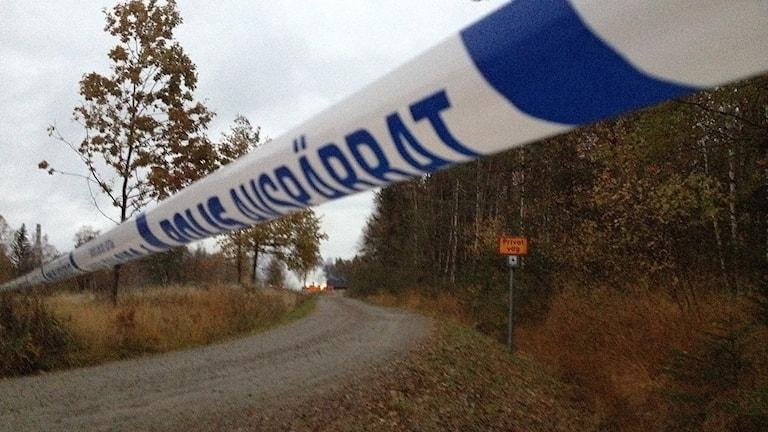 Avspärringsband vid eldhärjat asylboende i Munkedal. Foto: Margaretha Valdemarsdotter/Sveriges Radio.