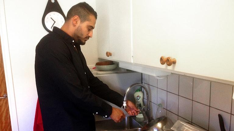 Fareed Alshoick, hyresgäst hos Valbohem, i sitt kök. Foto: Elisabeth Cederblad/Sveriges Radio