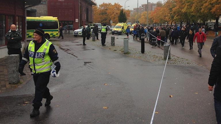 Poliser och personer vid Kronan i Trollhättan. Foto: Max Lindahl/Sveriges Radio.