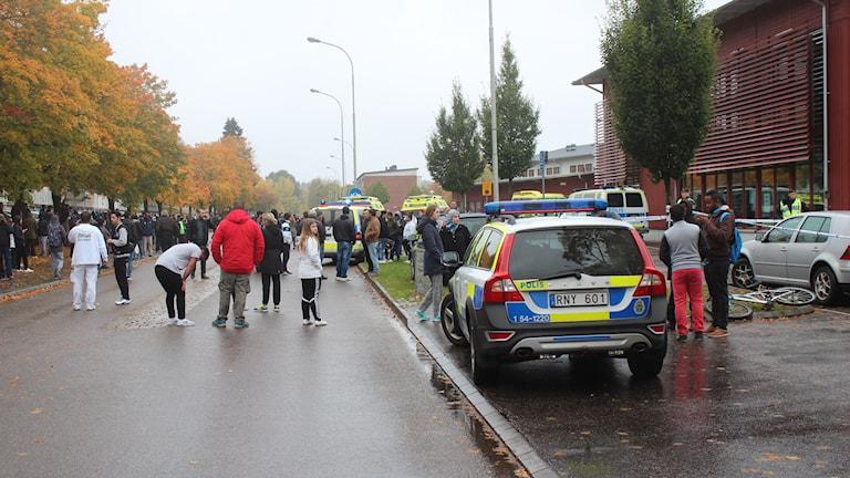 Människor och polisbilar utanför skolan Kronan. Foto: Max Lindahl/Sveriges Radio