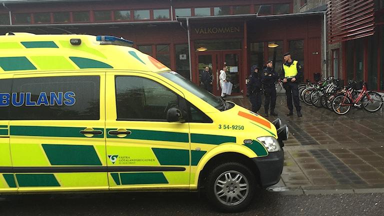 Ambulans och poliser utanför skolan Kronan i Trollhättan 22 oktober 2015. Foto: Victor Jensen/Sveriges Radio.