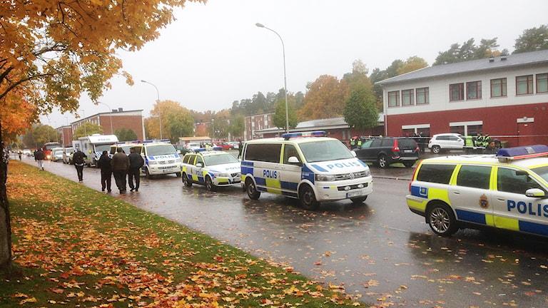 Polis, ambulans och folk utanför Kronan i Trollhättan 22 oktober 2015. Foto: Elisabeth Cederblad/Sveriges Radio.
