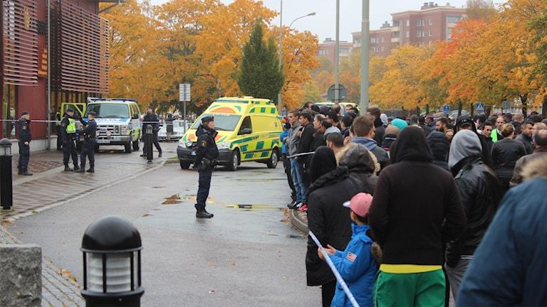 Polis, ambulans och folk utanför Kronan i Trollhättan 22 oktober 2015. Foto: Max Lindahl/Sveriges Radio.