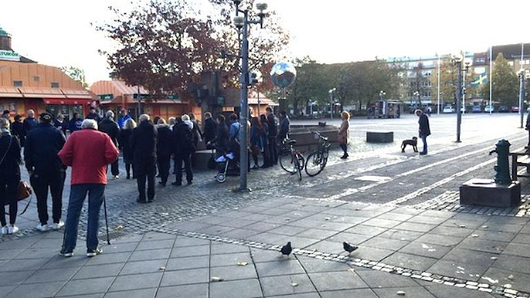 Människor som samlats för att hålla en tyst minut för offren i skolattacken i Trollhättan. Foto: Victor Jensen/Sveriges Radio.