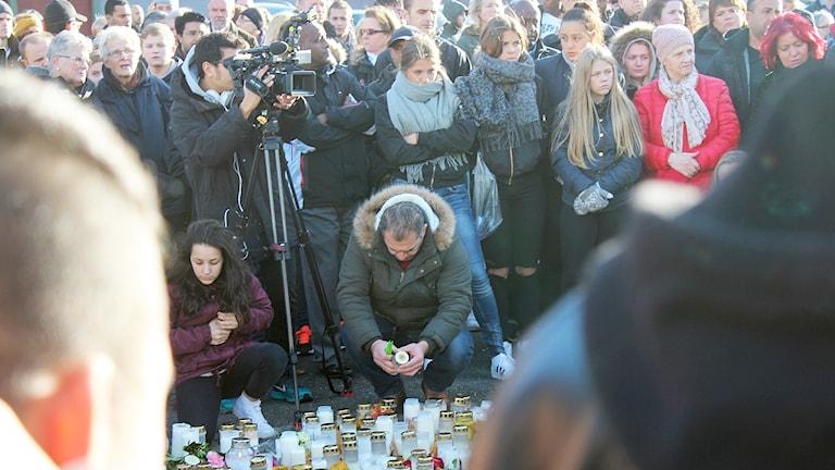 Hundratals människor som samlats vid Kronan i Trollhättan för att hålla en tyst minut. Foto: Petra Lund Kempe/Sveriges Radio.