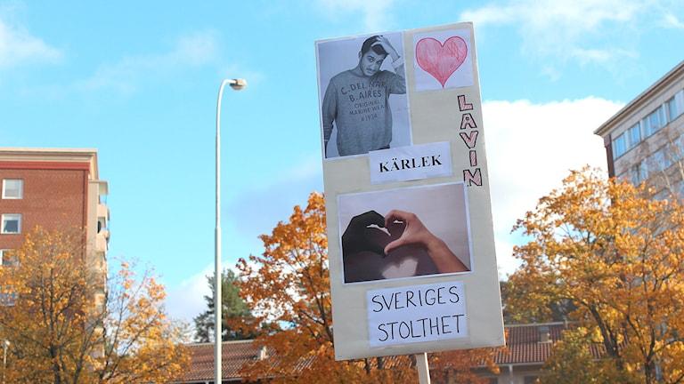 Plakat som hyllar Lavin Eskandar. Foto: Petra Lund Kempe/Sveriges Radio.